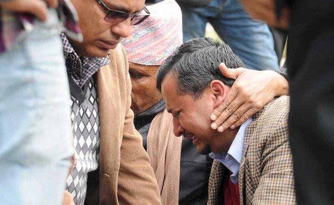 Keluarga korban jatuhnya pesawat Tara Air menangsi sedih saat menunggu kabar hilangnya pesawat itu. (Foto: Reuters/Krishna Mani Baral)