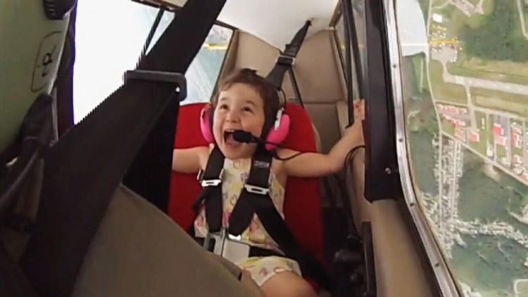 Aerobatik gadis 4 tahun, diajak manuver, bukannya takut malah terkekeh-kekeh