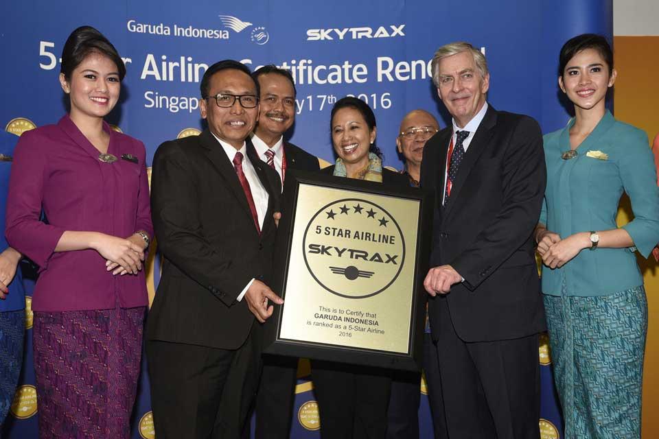 "Menteri BUMN Rini Soemarno (tengah), Dirut Garuda Indonesia M. Arif Wibowo (kedua kiri), Dubes RI untuk Singapura I.G. Ngurah Swajaya (ketiga kiri), Komisaris Utama Garuda Indonesia Jusman Syafii Djamal (ketiga kanan) dan CEO SkyTrax Edward Plaisted (kedua kanan) berfoto bersama seusai penyerahan penghargaan 5-Star Airline dari SkyTrax dalam Singapore Airshow 2016 di Changi, Singapura, Rabu (17/2). Garuda Indonesia kembali meraih penghargaan ""World's Best Cabin Crew 2015"" sebagai Maskapai Bintang Lima atau 5-Star Airline oleh Skytrax setelah sebelumnya pernah memperoleh gelar tersebut pada 2014.  (Foto: ANTARA/Sigid Kurniawan)"