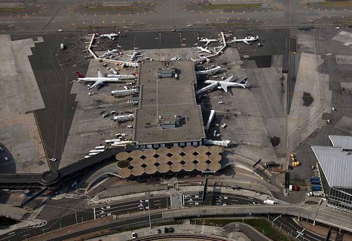 Wanita Berkeringat Deras di Bandara, Ternyata Bawa Kokain di Kemaluan