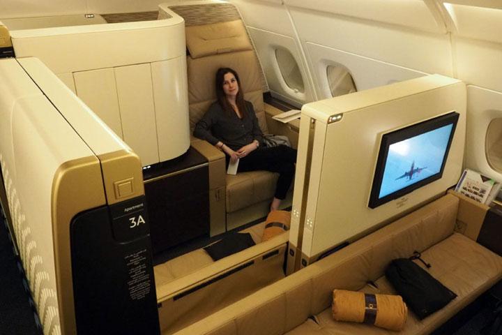 Tamu yang bepergian dalam keluarga atau bersama teman-teman dapat memilih dalam ruangan yang berdampingan, dengan sekat-sekat yang dapat dibuka atau ditutup untuk privasi selama penerbangan. (Foto: thepointsguy.com)