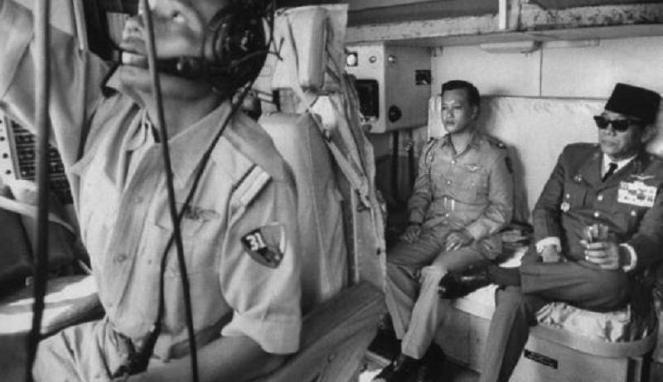 Presiden RI Pertama Ir Soekarno saat berada di pesawat