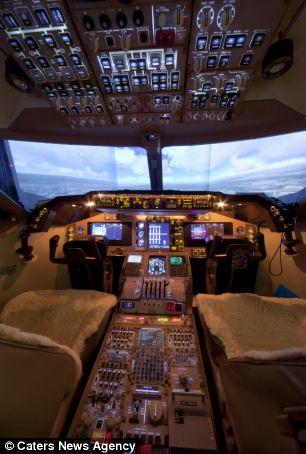 John Davis bersama kockpit buatannya. (Dailymail)