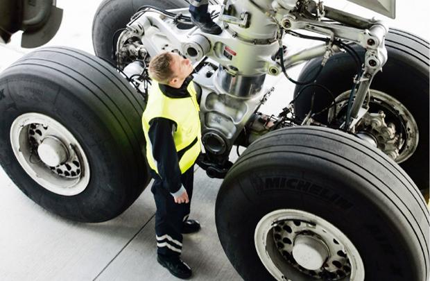 Pengecekan roda Lufthansa
