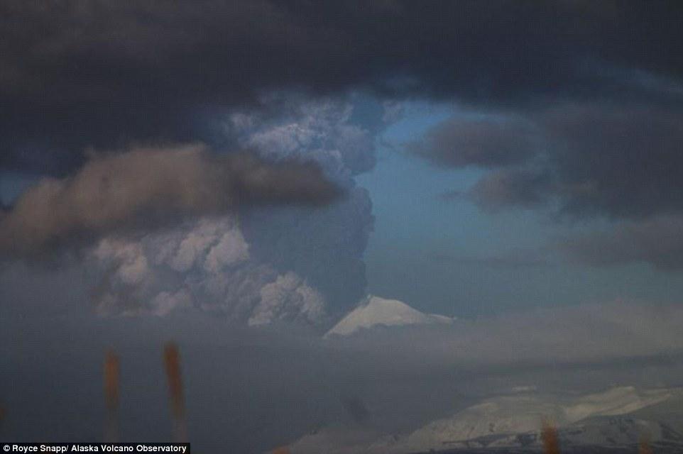 Gunung di Alaska Meletus, Pilot Malah Dekatkan Pesawat ke Gunung