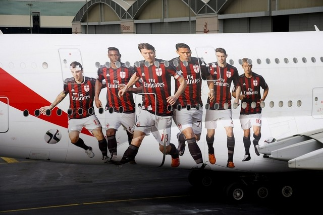 Motif Pemain AC Milan di pesawat Airbus !380 milik Emirates. (The National Business)