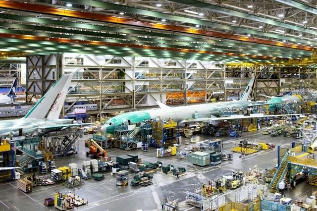 Para pekerja sedang menyelesaikan perakitan pesawat Boeing 777.