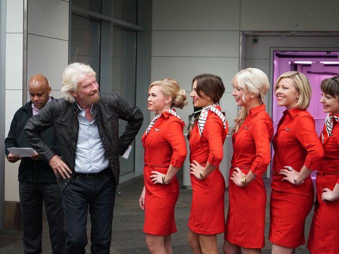 Bos Virgin America berpose bersama awak kabin dalam peluncuran rute Denver-San Fransisco. (USAToday)