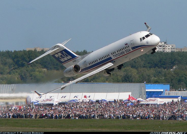Pesawat Tupolev TU-334 buatan Rusia saat bermanuver.