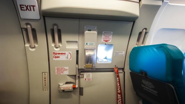 Pintu keluar darurat di pesawat terbang.