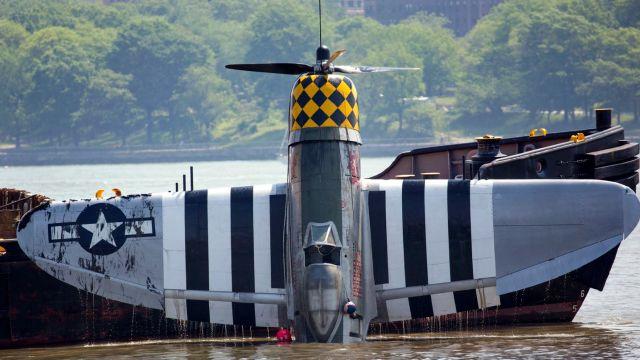 Pesawat P-47 Thunderbolt Jatuh ke Sungai di Manhattan