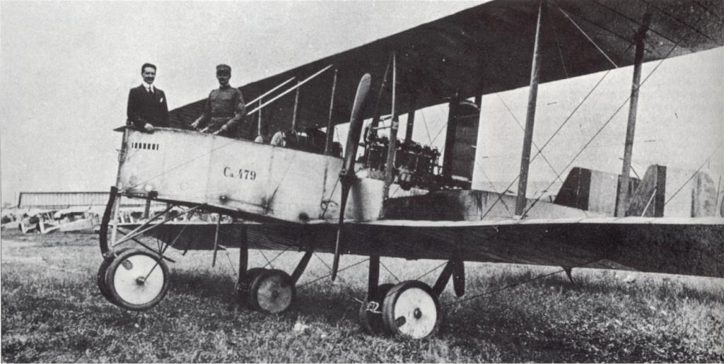 Gianni Caproni (kiri) di bomber Caproni Ca.32 selama bandara Perang Dunia I. Taliedo, Juli 1915.