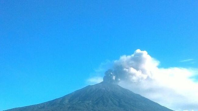 Kerinci Semburkan Abu Vulkanik, Jalur Penerbangan Dialihkan