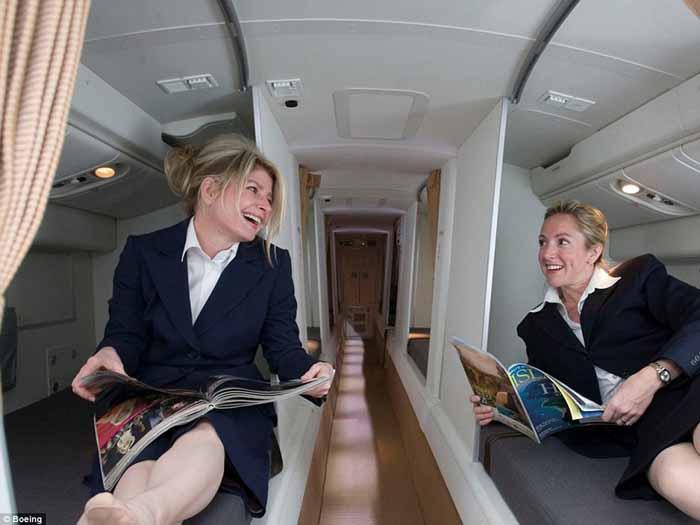 Pramugari sedang istirahat di sebuah pesawat Boeing