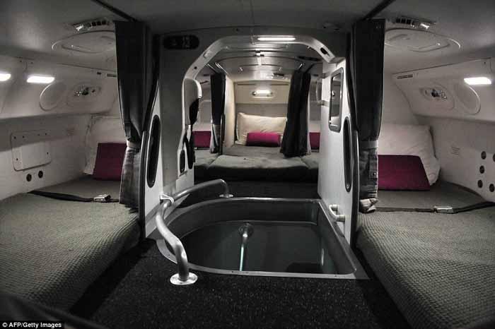 Ruang tidur pramugari di Boeing 787 Dreamliner yang dilengkapi dengan bantal dan tirai untuk menawarkan sentuhan privasi