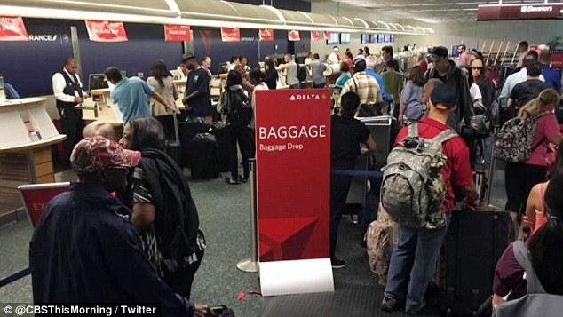 Di Washington DC, terjadi antrean masif di meja check-in Delta lantaran para staff tak bisa memproses penumpang.